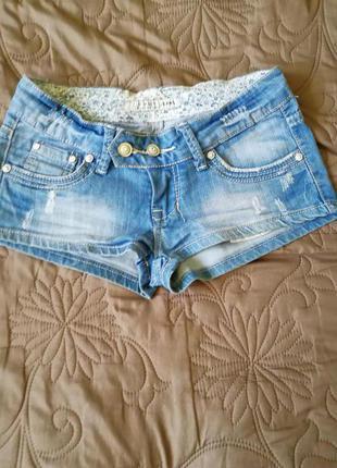 Очень коротенькие джинсовые шорты