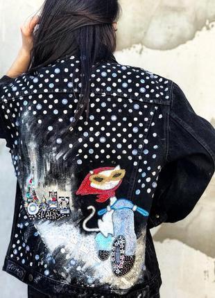 Трендовая джинсовая куртка джинсовка удлиненная оверсайз с вышивкой, камнями стразами