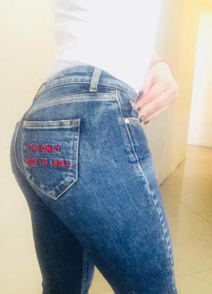 Модные джинсы с нашивками