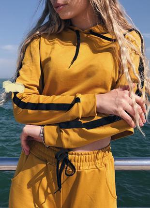 Горчичный трикотажный костюм  кроп -толстовка и штанишки