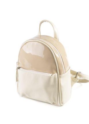 Молочный летний маленький рюкзак с бежевым лаковым верхом