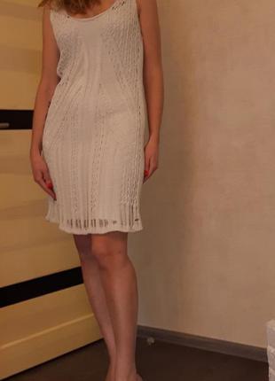 Нежное вязаное ажурное платье без рукавов