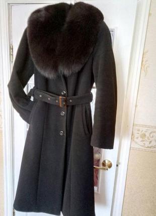 Зимнее пальто с натуральным мехом.