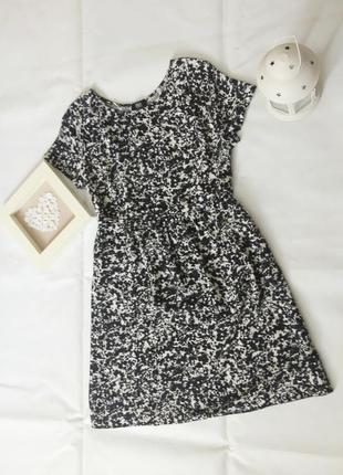 Монохромное платье свободного кроя с коротким рукавом