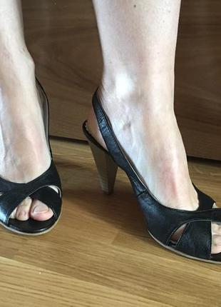 Кожаные босоножки на каблуку с открытыми пальчиками туфли балетки