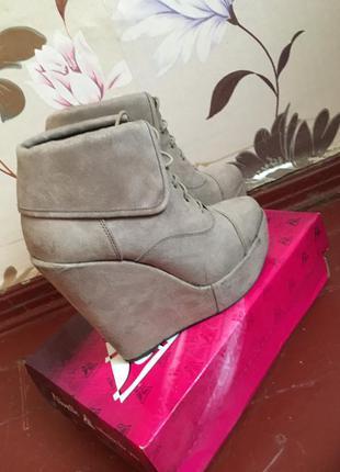 Серо-бежевые стильные ботинки на платформе new look
