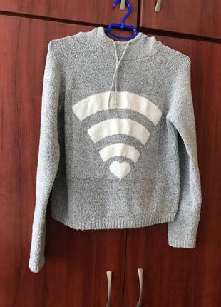 Мягкий свитер с капюшоном