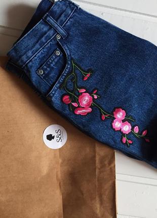 Бойфренд джинсы с нашивкой, с цветами