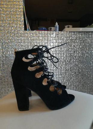 Босоножки на шнуровке на толстом каблуке