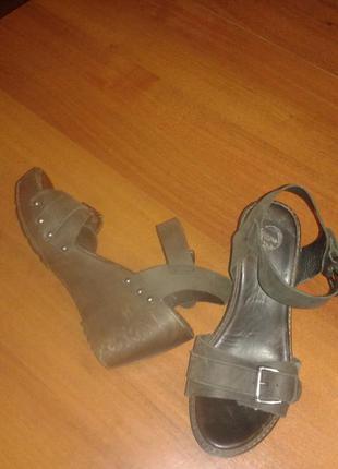 Кожаные босоножки/сандали на танкетке