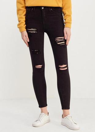 Черные джинсы скинни на высокой посадке с рваными коленками