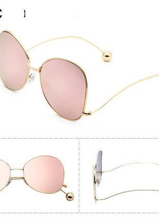 Солнцезащитные очки-бабочки с золотой оправой и шариками на дужках линза розовое зеркало