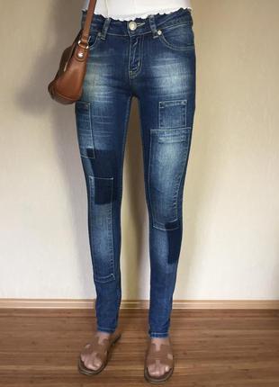 Супер классные джинсы скинни с нашивками gina tricot