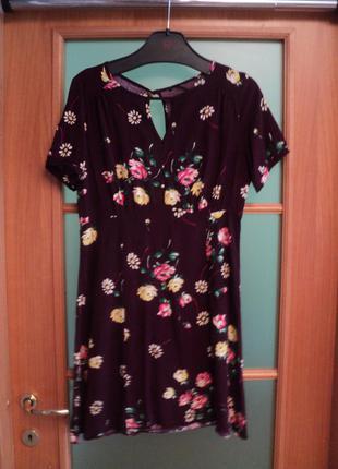 Платье с цветами и вырезом на спинке, летнее платье цветочный принт, короткое платье