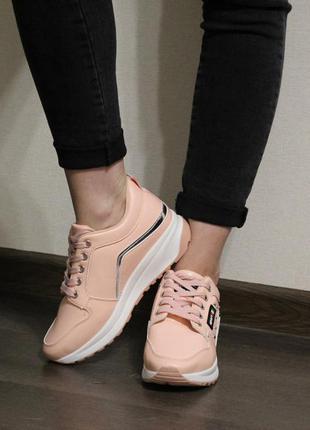 Удобные, стильные, красивые женские кроссовки в пудровом цвете