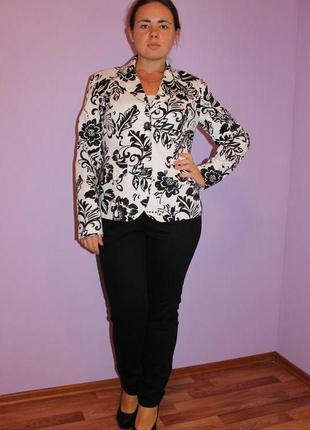 Пиджак черно белый с красивым цветочным принтом