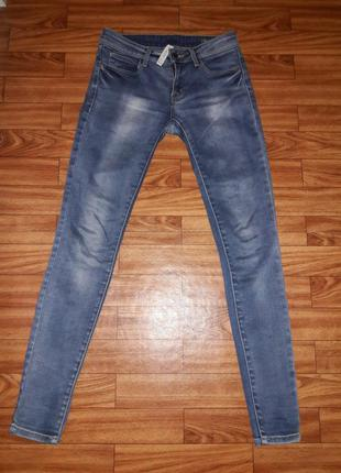 Обтягивающие джинсы фирмы mango