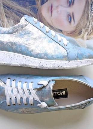 Кожаные кроссовки голубого цвета