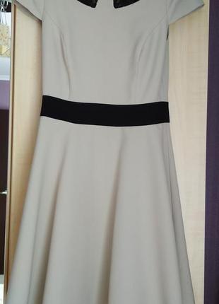 Бежевое платье с кружевным воротничком