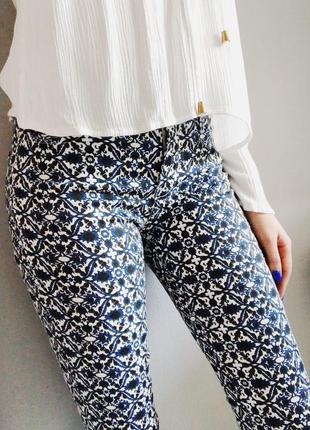 Скини джинсы синие с узором узкие зауженные на молнии размер xs zara