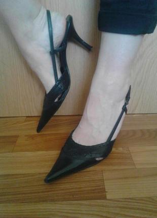 Стильные кожаные босоножки bata