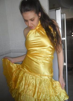 Абсолютно новый жёлтый атласный шёлковый сарафан с чокером с бусами