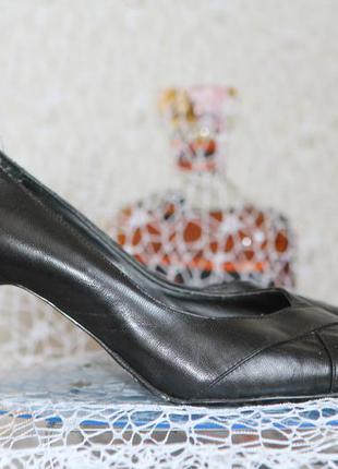 Черные туфли на среднем каблуке clarks