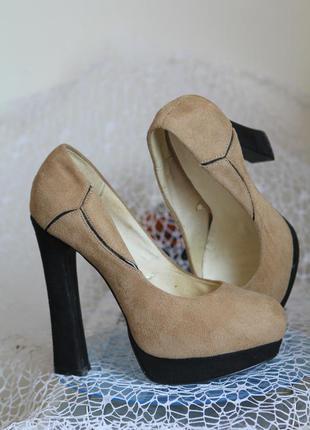 Замшевые бежевые туфли oodji на высоком устойчивом каблуке