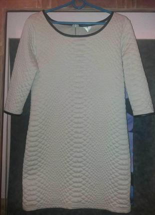Платье прямого силуэта пудрового цвета