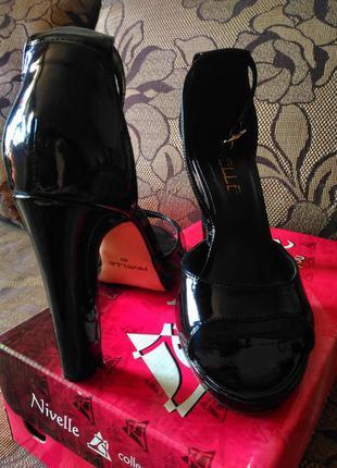 Босоножки на каблуке из лакированной кожи