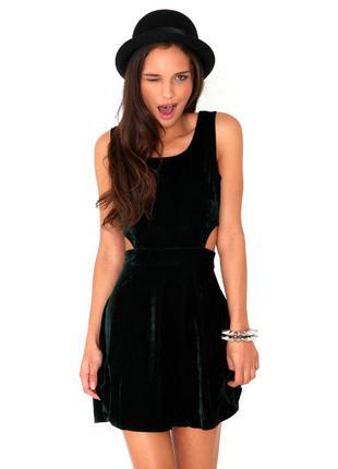 Очень красивое бархатное платье цвета марсала с вырезами по бокам фирмы missguided