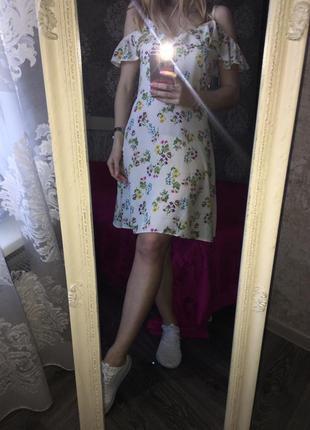 Платье в цветы с голыми плечами