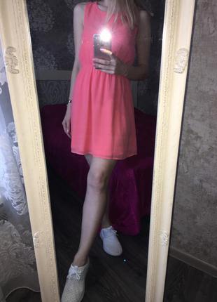 Персиковое платье с красивой спинкой
