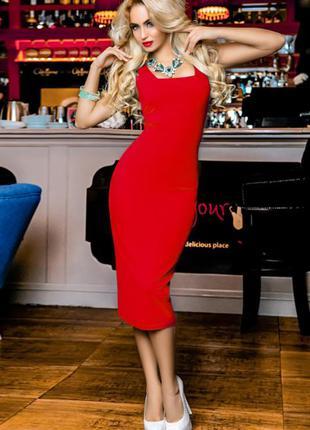 Лаконичное облегающее платье красное