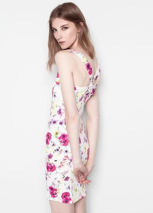 Обтягивающее платье в цветочный принт pullbear