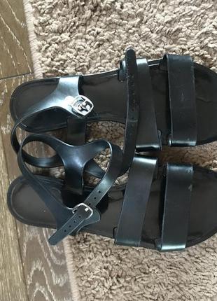 Резинові сандалі