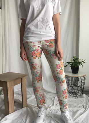 Нежные и стильные джинсы в цветочек aeropostale