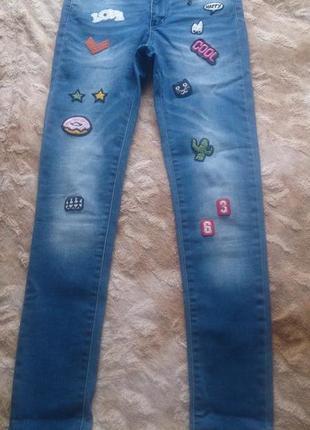 Стильные джинсы женские  с нашивками s 25