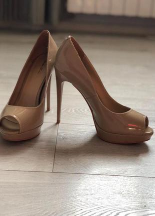 Безумно красивые бежевые туфельки