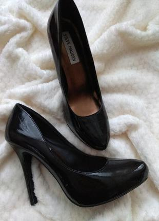 Лакові туфлі
