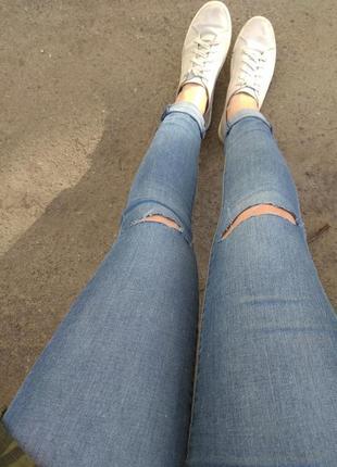Рваные на коленях джинсы скинни