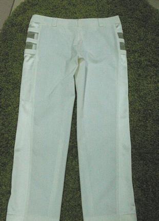 Белые капри брюки с атласными лампасами, вставками органзы с молнией сзади