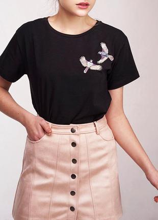 Базовая футболка на весну черная вышивка ручной работы