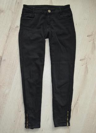 Зауженные к низу черные джинсы