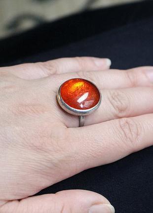 Кольцо с ярко-красным стеклом