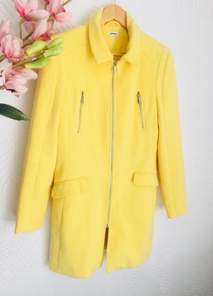 Стильною лимонное пальто