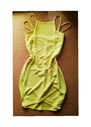 Коктельное фактурное платье футляр лимонного цвета