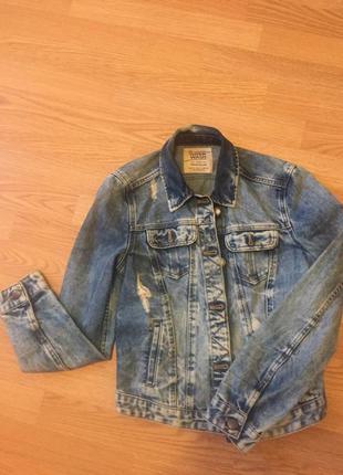 Крутая джинсовая куртка zara с потертостями и рваностями