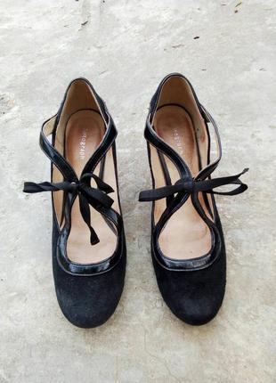38р/24.5 роскошные черные замшевые туфли с завязкой впереди и лаковой вставкой.