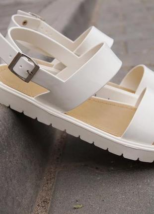 Белые силиконовые резиновые босоножки сандалии на низком ходу на тракторной подошве